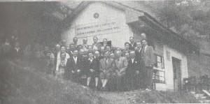 Člani Čebelarske družine Celje pred novozgrajenim družinskim čebelnjakom leta 1958
